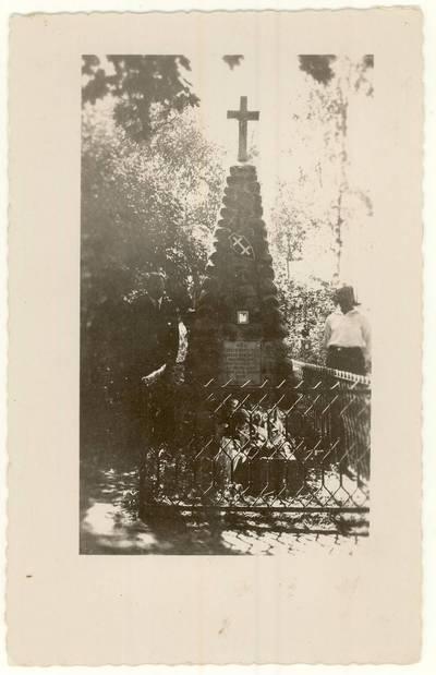 [Mokytojas Petras Rapšys (dešinėje) su nežinomu vyru prie mokytojo, šaulio Juozo Bloznelio kapo. Nuotrauka] / Petras Rapšys ... [et al.]. - apie 1927