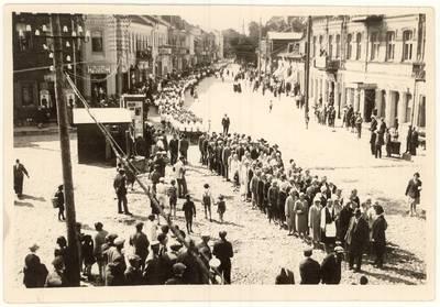 Panevėžio miesto pradinių mokyklų vaikų dainų ir sporto šventė: šventės dalyvių eisena, muzikiniai ir sportiniai pasirodymai. Nuotraukos. - 1930