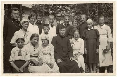 Raguvos parapijos moksleiviai ir studentai su kunigais Juozu Juozevičiumi ir Titu Narbutu. Nuotrauka / Juozas Juozevičius ... [et al.]. - 1937