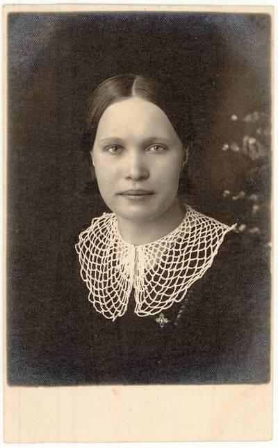 Bronė Latušinskaitė. Portretinė nuotrauka / Bronė Latušinskaitė. - 1935.05.03