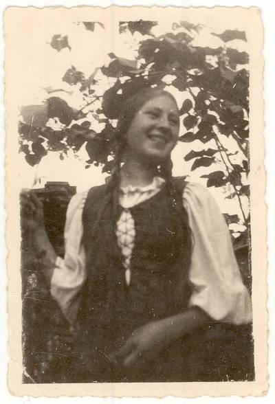 Panevėžio mergaičių gimnazijos moksleivė Pranė Aukštikalnytė. Nuotrauka / Pranė Aukštikalnytė-Jokimaitienė. - 1938.08.18