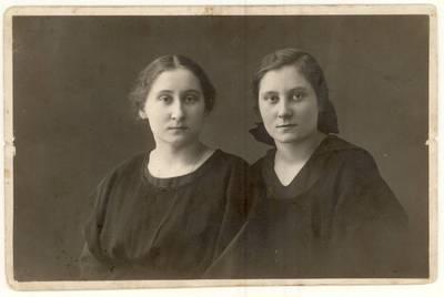 Pedagogės seserys Kamilė ir Malvina Kielaitės. Grupinė nuotrauka / Kamilė Kielaitė, Malvina Kielaitė. - 1924.06.25