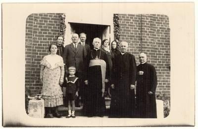 Juozo ir Kotrynos Sabaliauskų šeima su vyskupu Teofiliu Matulioniu, kunigais Napoleonu Sabaliausku ir Stanislovu Dailidoniu. Grupinė nuotrauka / Teofilis Matulionis ... [et al.]. - apie 1933