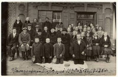 Pavasarininkų kursų dalyviai su kunigais. Grupinė nuotrauka / Stanislovas Dailidonis ... [et al.]. - 1936