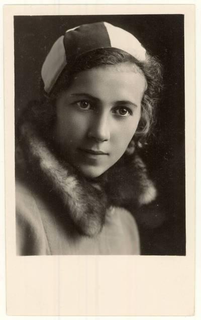 Panevėžio mokytojų seminarijos 1929 m. absolventė mokytoja Juzė Slavinskaitė. Portretinė nuotrauka / Juzė [Slavinskaitė]. - 1931.10.01
