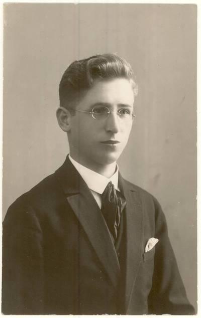 Stasys Žvirzdinas. Portretinė nuotrauka / S[tasys] Žvirzdinas. - 1928.12.22
