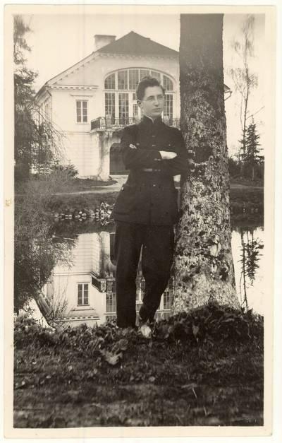 Panevėžio valstybinės gimnazijos 1927 m. absolventas Stasys Žvirzdinas prie Raguvėlės dvaro rūmų. Nuotrauka / Stasys [Žvirzdinas]. - 1927
