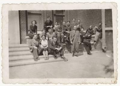 Panevėžio cukraus fabriko darbuotojai prie fabriko pastato. Grupinė nuotrauka. - 1941