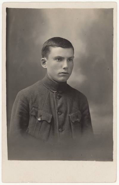 Motiejus Lukšys – Naumiesčio dvimečių mokytojų kursų I-o kurso (1924-1925 m. m.) moksleivis. Portretinė nuotrauka / Motiejus Lukšys. - 1924-1925