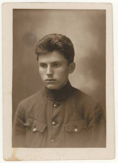 Naumiesčio dvimečių mokytojų kursų moksleivis Motiejus Lukšys. Portretinė nuotrauka / Mot[iejus] Lukšys. - 1925