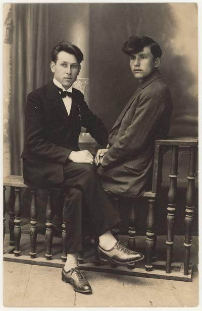 Naumiesčio dvimečių mokytojų kursų absolventas Motiejus Lukšys (dešinėje) su draugu. Nuotrauka / Motiejus Lukšys ... [et al.]. - 1926