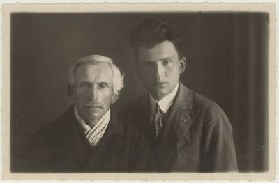 Mokytojas Motiejus Lukšys su tėvu Motiejumi Lukšiu. Portretinė nuotrauka / Motiejus Lukšys ... [et al.]. - 1931