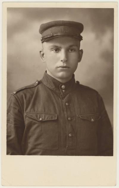 Motiejus Lukšys – karinio parengimo kursų A. Panemunėje kursantas. Portretinė nuotrauka / Motiejus Lukšys. - 1931