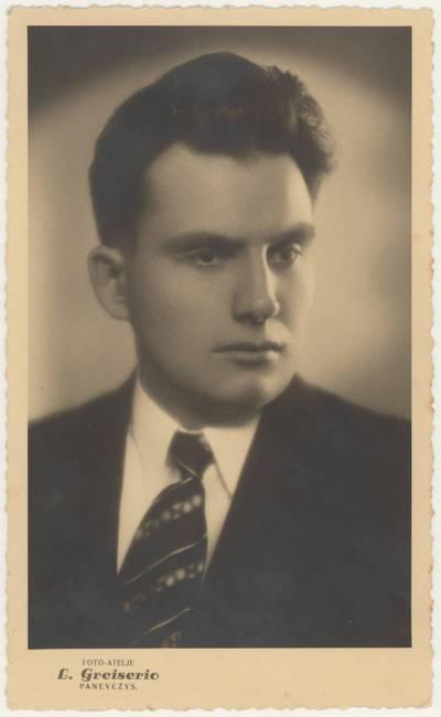 Pedagogas, rašytojas Motiejus Lukšys. Portretinės nuotraukos / Motiejus Lukšys. - apie 1936-1939