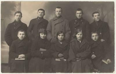 """Vilkaviškio """"Žiburio"""" gimnazijos IV-os klasės (1923-1924 m. m.) moksleiviai. Nuotrauka. - 1924"""