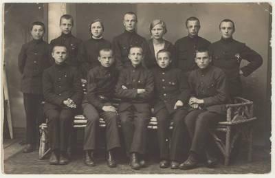 """Vilkaviškio """"Žiburio"""" gimnazijos jaunesniųjų ateitininkų kuopos valdyba. Nuotrauka / Motiejus Lukšys ... [et al.]. - 1924"""