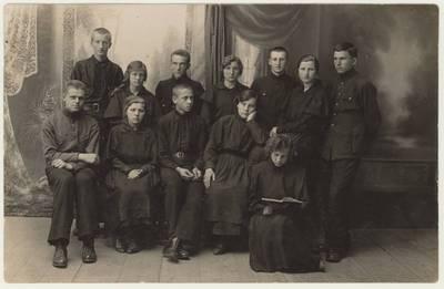 Naumiesčio dvimečių mokytojų kursų I kurso (1924-1925 m. m.) kapsai ir kapsės. Nuotrauka / Motiejus Lukšys ... [et al.]. - 1924-1925