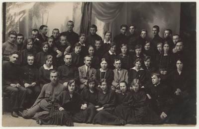 Naumiesčio dvimečių mokytojų kursų (1924-1925 m. m.) moksleivių ateitininkų kuopa su pedagogais. Nuotrauka / Motiejus Lukšys ... [et al.]. - 1924-1925