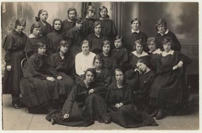 Naumiesčio dvimečių mokytojų kursų 1924-1925 m. m. moksleivės ateitininkės. Nuotrauka / P. Dielininkaitytė ... [et al.]. - 1924-1925