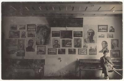 Naumiesčio dvimečių mokytojų kursų I-o kurso moksleivis Vytautas Stelmokas prie dailės darbų parodos. Nuotrauka / Vytas Stelmokas. - 1925
