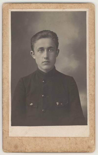 Naumiesčio dvimečių mokytojų kursų I-osios laidos (1925 m.) absolventas J. Kuncaitis. Portretinė nuotrauka / J. Kuncaitis. - 1925