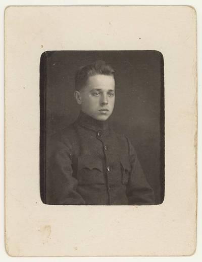 Naumiesčio dvimečių mokytojų kursų I-osios laidos (1925 m.) absolventas J. Mockevičius. Portretinė nuotrauka / J. Mockevičius. - 1925