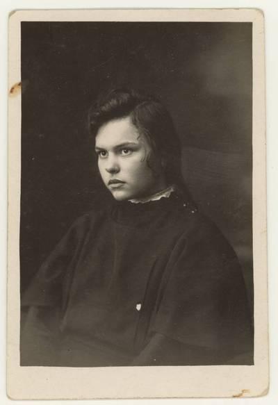 Naumiesčio dvimečių mokytojų kursų II-osios laidos (1926 m.) absolventė M. Kaunaitė. Portretinė nuotrauka / M. Kaunaitė. - 1926