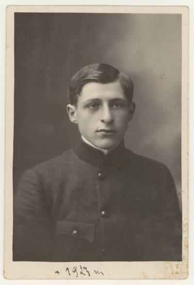Naumiesčio dvimečių mokytojų kursų II-osios laidos (1926 m.) absolventas Richardas Švarplaitis. Portretinė nuotrauka / Richardas [Švarplaitis]. - 1926