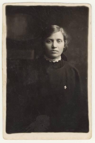 Naumiesčio dvimečių mokytojų kursų II-osios laidos (1926 m.) absolventė Elena Kriaučiūnaitė. Portretinė nuotrauka / Elena Kriaučiūnaitė. - 1926