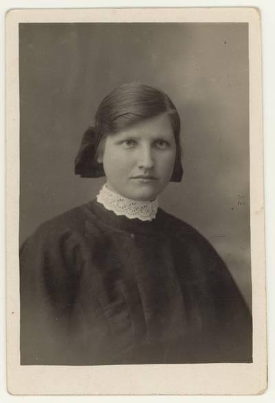 Naumiesčio dvimečių mokytojų kursų moksleivė Ona Paukštytė. Portretinė nuotrauka / Ona Paukštytė. - 1926