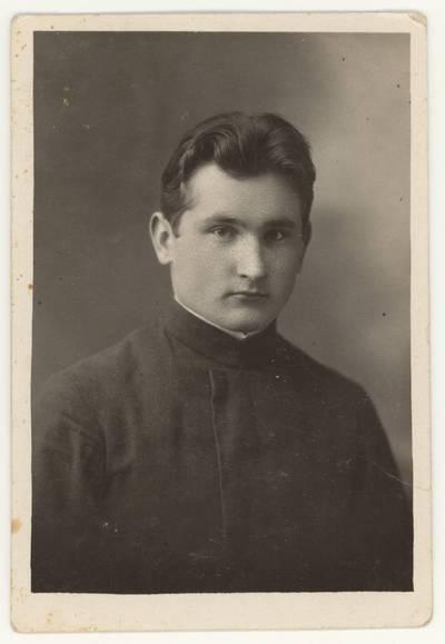 Naumiesčio dvimečių mokytojų kursų II-osios laidos (1926 m.) absolventas Jonas Tumosa. Portretinė nuotrauka / Jonas Tumosa. - 1926