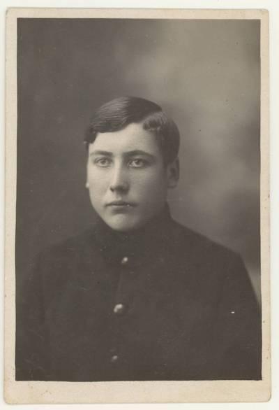 Naumiesčio dvimečių mokytojų kursų II-osios laidos (1926 m.) absolventas J. Klimaitis. Portretinė nuotrauka / J. Klimaitis. - 1926