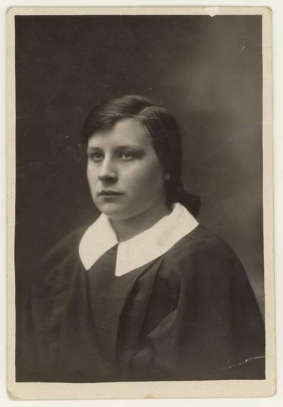 Naumiesčio dvimečių mokytojų kursų II-osios laidos (1926 m.) absolventė Petronėlė Aleksaitė. Portretinė nuotrauka / Petrė Aleksaitė. - 1926