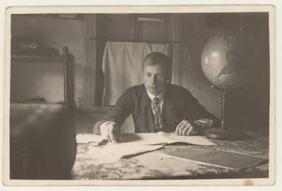 Salamiesčio pradžios mokyklos vedėjas mokytojas Juozas Vėjelis prie darbo stalo. Nuotrauka / Juozas Vėjelis. - 1929
