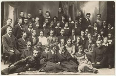 Naumiesčio dvimečių mokytojų kursų moksleiviai ateitininkai ir pedagogai. Nuotrauka / Motiejus Lukšys ... [et al.]. - 1926