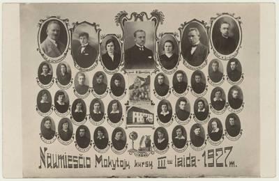 Naumiesčio dvimečių mokytojų kursų III-iosios laidos absolventai ir pedagogai. Nuotrauka. Vinjetė / Kostas Barniškis ... [et al.]. - 1927