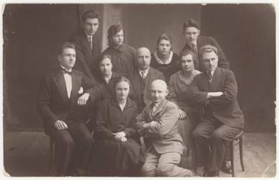 """Vabalninko šaulių būrio artistų grupė, suvaidinusi britų dramaturgo B. Thomas komediją """"Karolio teta"""". Nuotrauka / Motiejus Lukšys ... [et al.]. - 1930.11.23"""