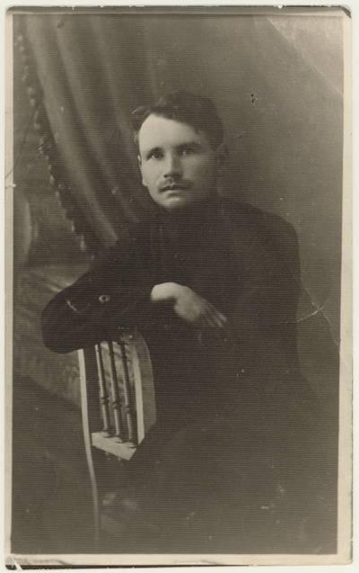 Poetas Juozas Stanikūnas-Žemės Dulkė. Portretinė nuotrauka / Juozas Stanikūnas. - apie 1920