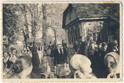 Nežinomas fotografas. Angelaičiai ir pavasarininkai Skiemonių klebonijos kieme. 1938