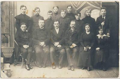 Ukmergės gimnazijos penktos klasės mokiniai ir mokytojai