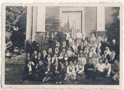 Nežinomas fotografas. Kunigas A. Meškauskas su skiemoniečiais. 1940
