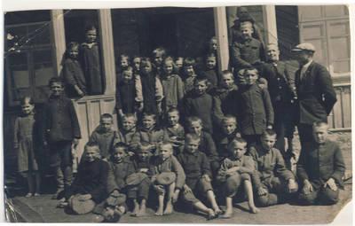 Nežinomas fotografas. Juškonių pradžios mokyklos mokiniai ir mokytojas. 1940