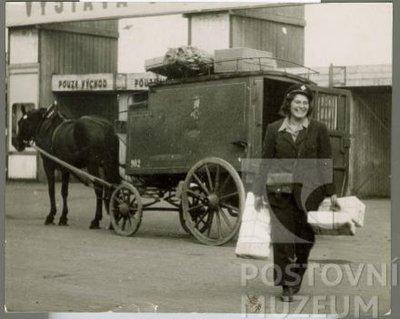 Fotografie doručování balíkových zásilek v Praze v 50. letech