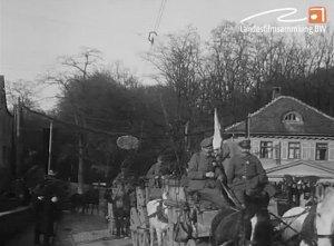 Sanitätszug der Württembergischen Armee in Ludwigsburg; Wagenkolonne vor dem Haus