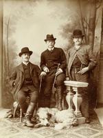 Gruppenbild von drei Männern und einem Hund