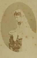 Frau mit Spitzenumhang
