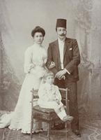 Ehepaar mit etwa 3-jährigem Kind