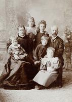 Gruppenbild eines Ehepaars mit fünf Kindern
