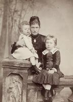Gruppenbild einer Mutter mit ihren beiden Kindern