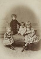 Gruppenbild von vier Kindern